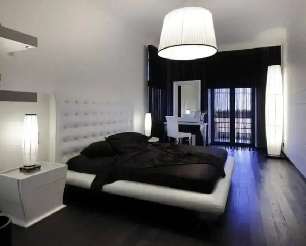 quarto preto e branco com pendente e luminária