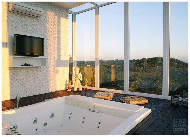 Banheiro de luxo com ar condicionado e TV