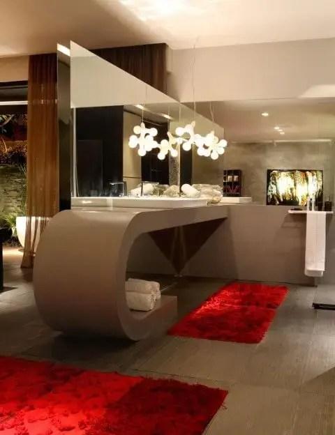 Banheiro de luxo com balcão amplo Projeto de Ney Lima