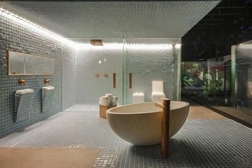 Banheiro de luxo com banheira e detalhes em cobre Projeto de Brunete Fraccaroli