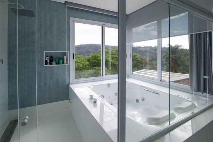 Banheiro de luxo com banheira e janelas amplas Projeto de Mutabile