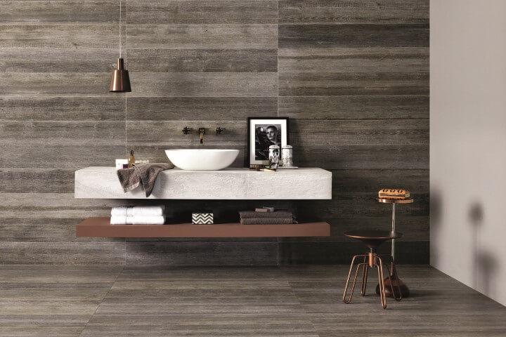 Banheiro de luxo com cuba branca e pendente marrom Projeto de Portobello