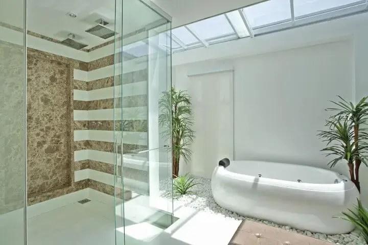 Banheiro de luxo com iluminação natural Projeto de Iara Kilaris