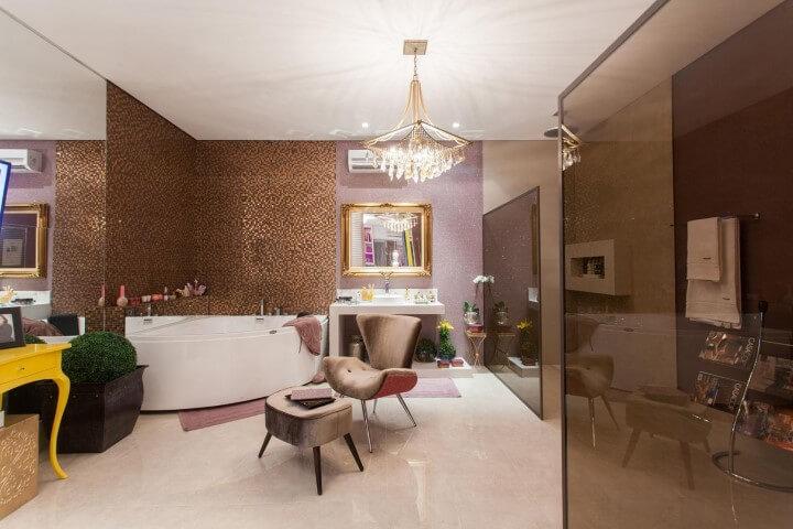 Banheiro de luxo com lustre Projeto de Casa Cor