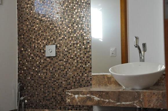 Banheiro de luxo com pastilhas marrons Projeto de Claudia Breias