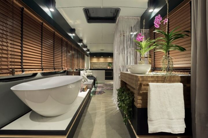 Banheiro de luxo com persianas de madeira Projeto de Casa Cor MG 17