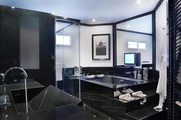 Banheiro de luxo com revestimento de mármore escuro Projeto de Moreno Interiores
