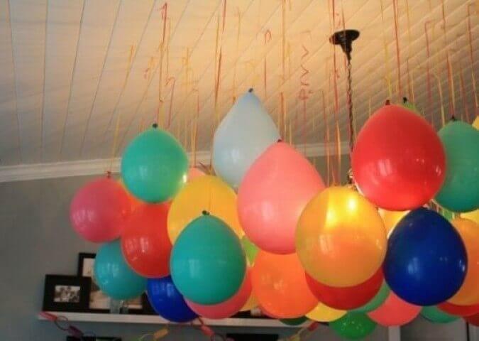 Decoração de aniversário simples com balões pendurados no teto