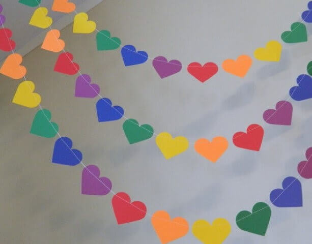 Decoração de aniversário simples com varal de corações de papel
