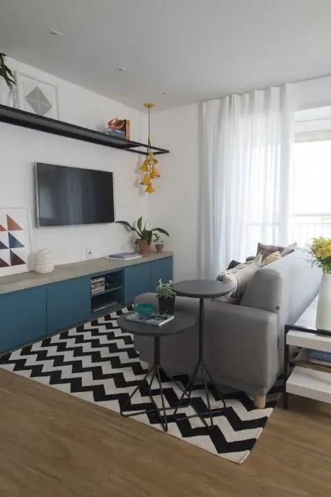 Sala de estar com rack retrô azul Projeto de SP Estúdio