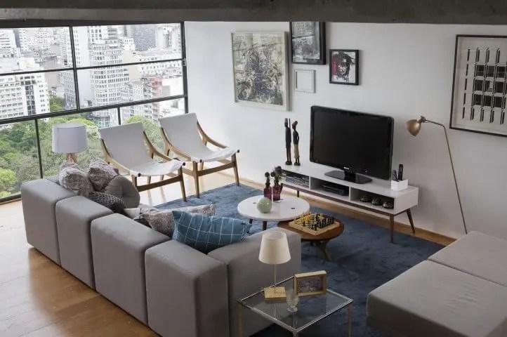 Sala de estar com rack retrô branco Projeto de Oppa