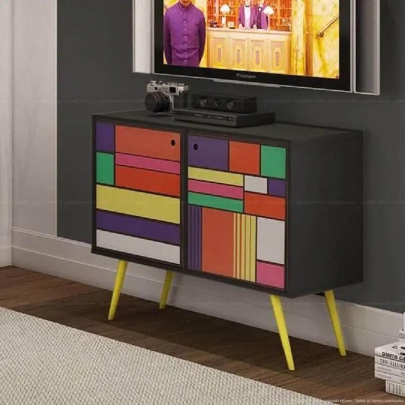 decoração com rack retrô colorida