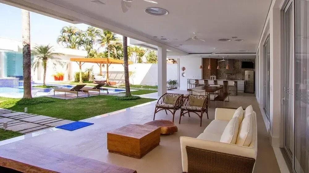 área gourmet com piscina com varanda espaçosa e aconchegante