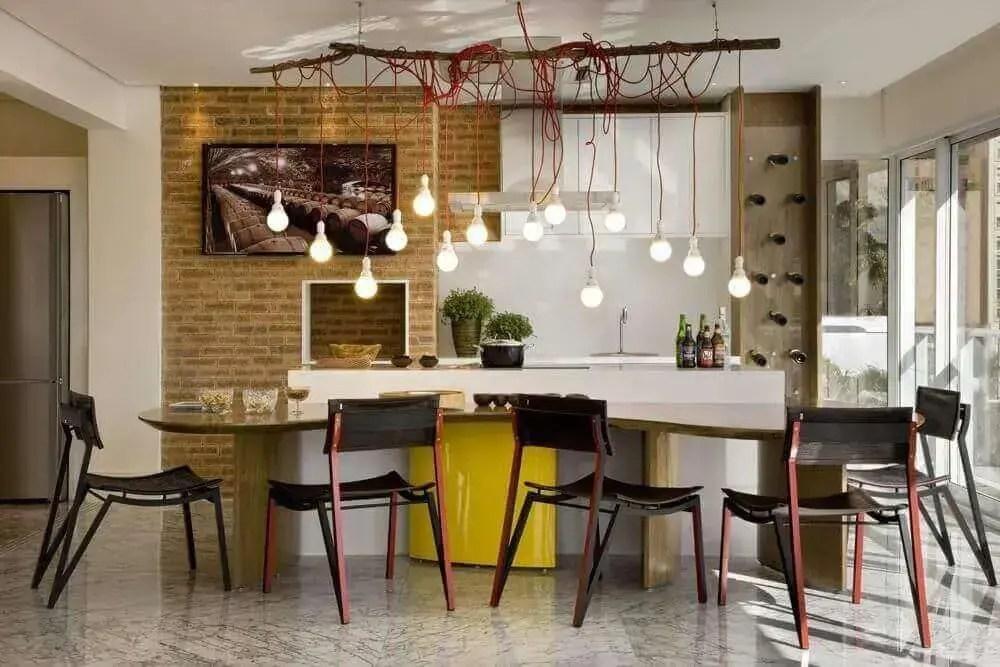 área gourmet moderna com churrasqueira e pendente minimalista