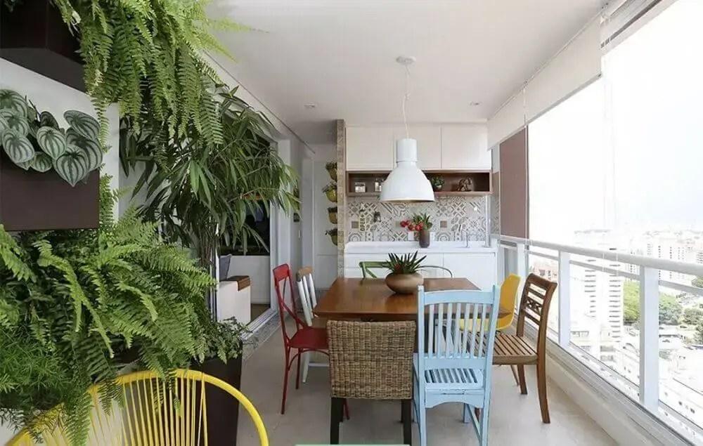 cadeiras diferentes para decoração de área gourmet pequena
