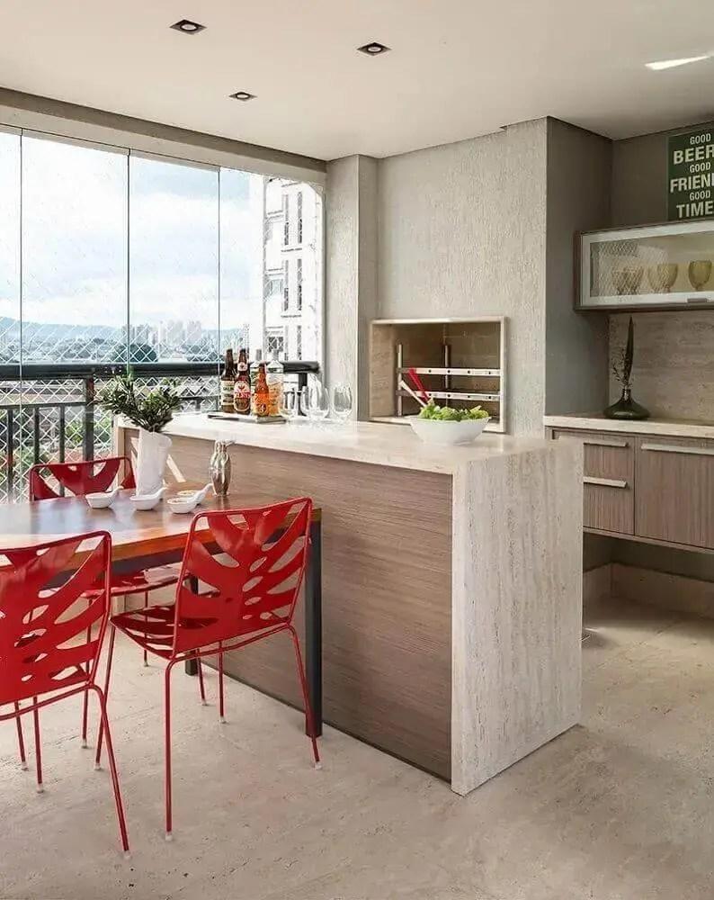 decoração de área gourmet moderna com cadeiras vermelhas