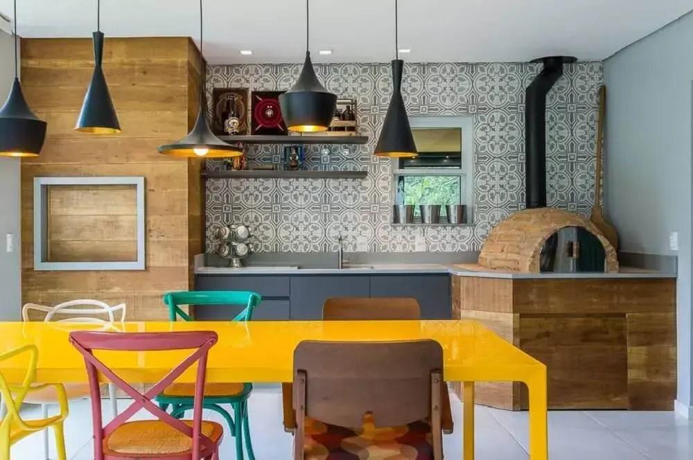 mesa amarela e cadeiras coloridas para área gourmet pequena