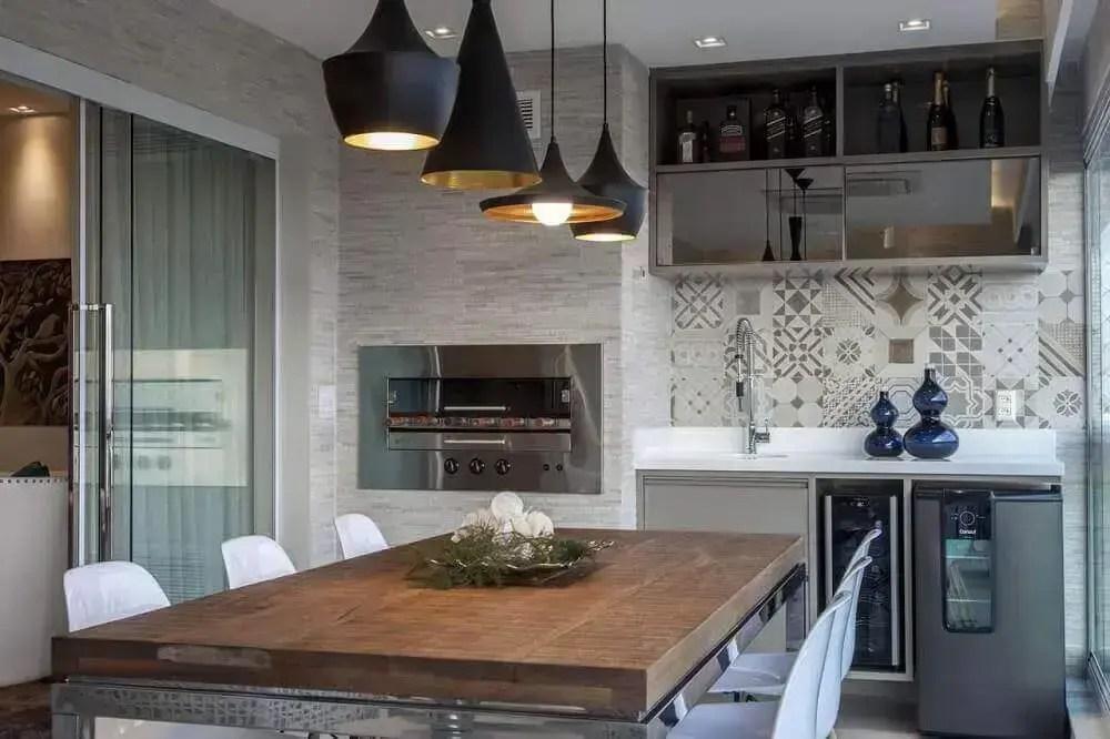 pendentes pretos para decoração de área gourmet pequena com churrasqueira elétrica