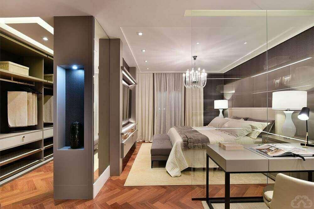 decoração em tons neutros para quarto moderno com closet e home office Foto Pinterest