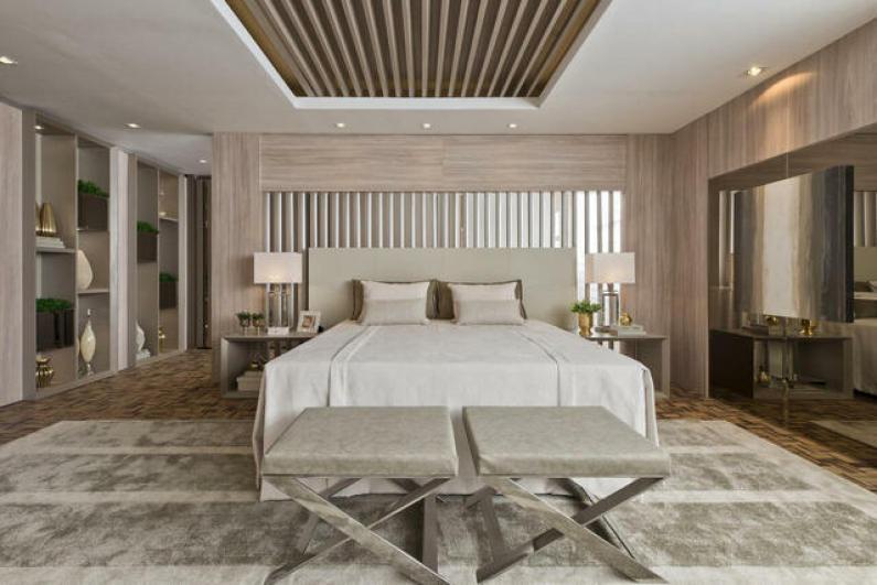 quarto de casal moderno - cama centralizada, em cima de tabete felpudo cinza