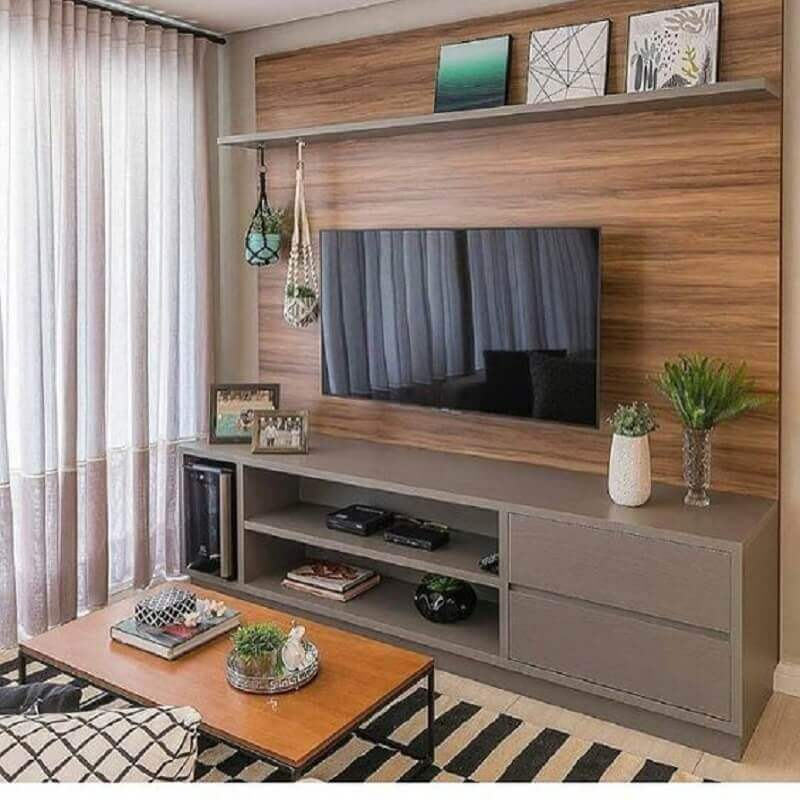 small panel rack for living room decorated with striped rug Foto Dicas de Mulher