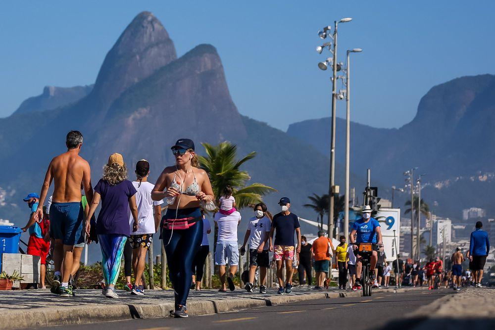 Brasileiros lotam praias e bares, enquanto infectados pela covid-19 passam de 1,6 milhão