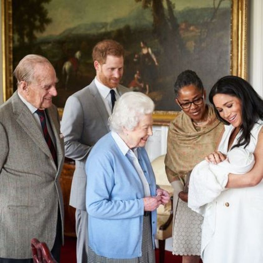 Príncipe Henry (second à left) and Duchess of Sussex, Meghan Markle (à right), introduce their re&#xE9-born son Archie Harrison Mountbatten-Windsor, à mãand the Duchess of Sussex, Doria Ragland (second à right), and à Queen Elizabeth II (centre) and her husband Philip, Duke of Edinburgh, at Windsor Castle (United Kingdom).