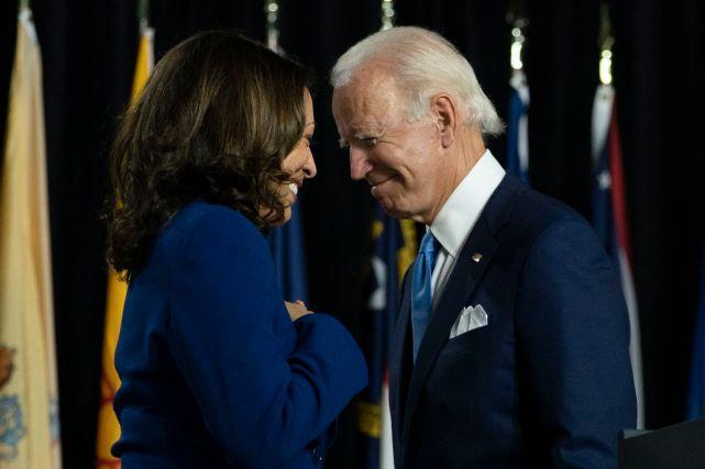 O presidente eleito dos EUA, Joe Biden, com a vice-presidenta eleita, Kamala Harris, numa imagem de agosto passado.