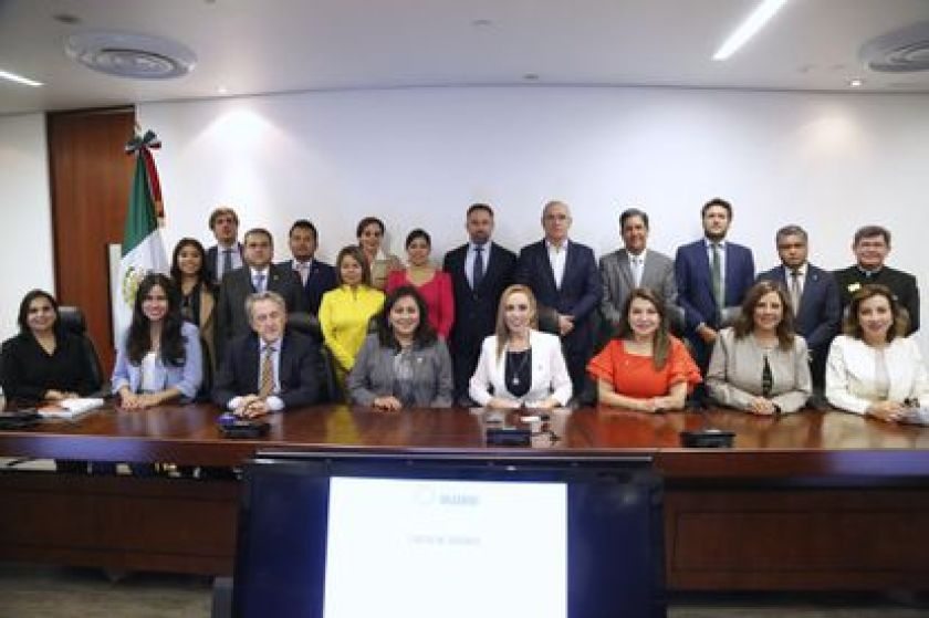 Spanish Vox party leader Santiago Abascal poses for a photo in the Mexican Senate with PAN politicians.
