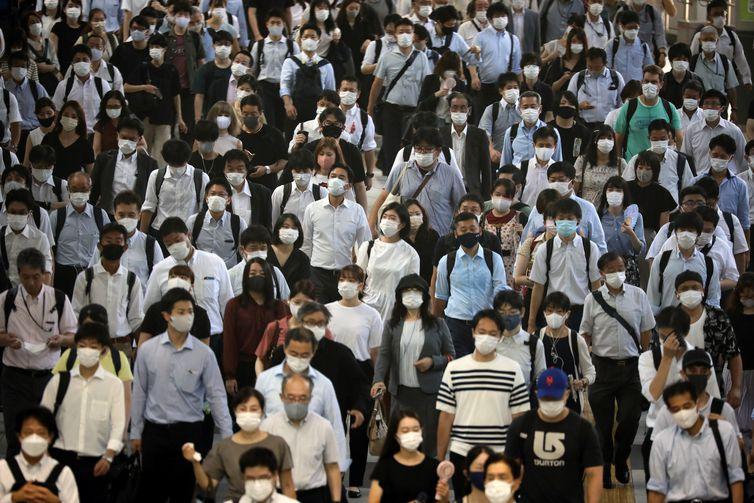 Passageiros usando máscaras na estação de Shinagawa, em Tóquio