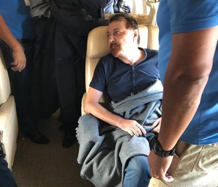 O italiano Cesare Battisti dentro do avião que decolou da Bolívia com destino à Itália