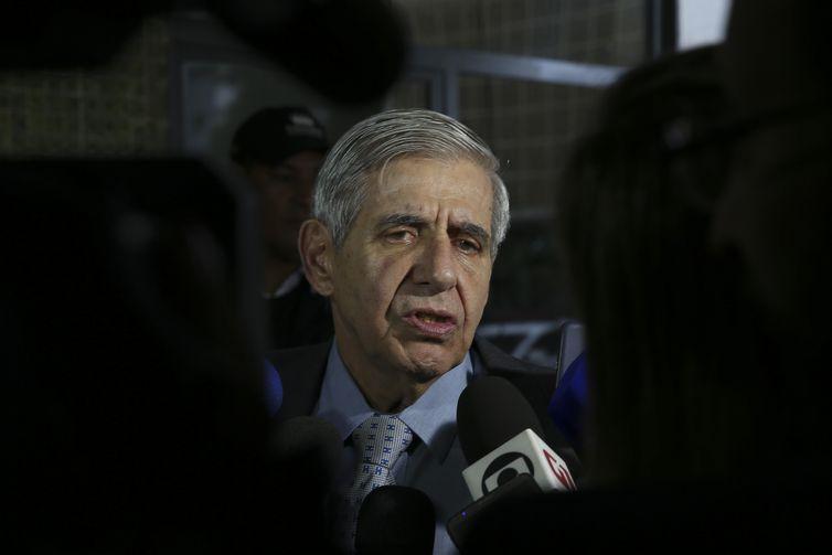 O general da reserva Augusto Heleno, indicado para ministro-chefe do Gabinete de Segurança Institucional (GSI), fala à imprensa no Centro Cultural Banco do Brasil (CCBB), em Brasília, onde funciona o gabinete de transição de governo.