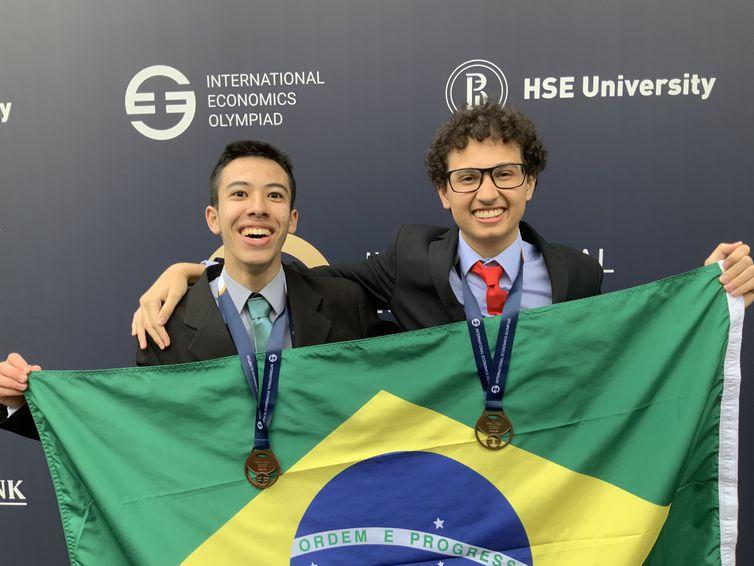 Os alunos Rafael Akira e Guilhermo Costa, medalhistas na Olimpíada Internacional de Economia