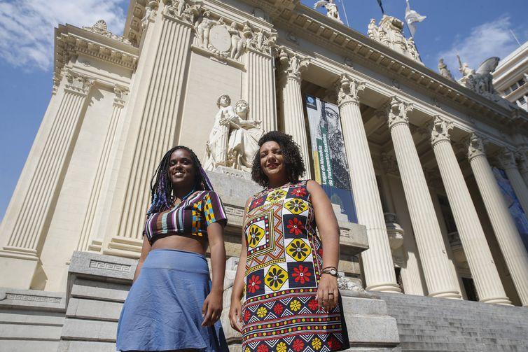 Dani Monteiro e Renata Souza, deputadas estaduais negras eleitas pelo PSOL, para mandatos na Assembleia Legislativa do Estado do Rio de Janeiro (Alerj), após o assassinato da vereadora do partido Marielle Franco, em março de 2018.