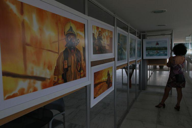 Exposicao no Centro de Atendimento ao Turista na Praca dos 3 Poderes, mostra rotina dos bombeiros pintada em aquarela.
