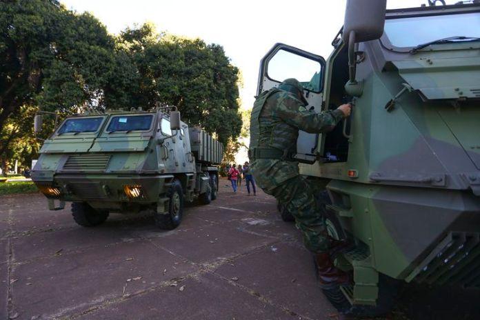 Comboio com veículos blindados e armamentos passa pela Esplanada dos Ministérios