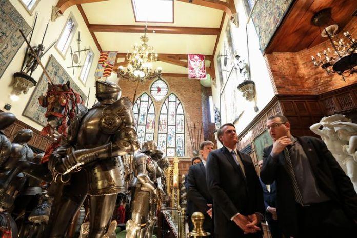 Presidente da República, Jair Bolsonaro, durante visita ao Castelo São João, onde esta localizada a coleção de  Armas Brancas do Instituto Ricardo Brennand.