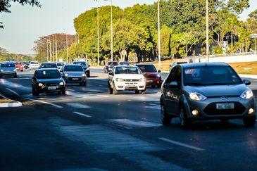 Brasília - O uso do farol baixo aceso durante o dia em rodovias é obrigatório a partir desta sexta-feira (8). Quem descumprir a lei será multado em R$ 85,13, por infração leve, e terá quatro pontos na carteira de habilitação (José Cruz