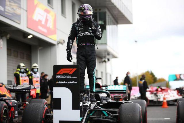 Lewis Hamilton comemora após vencer a corrida do Grande Prêmio de Fórmula 1 e iguala recorde de 91 vitórias de Michael Schumacher