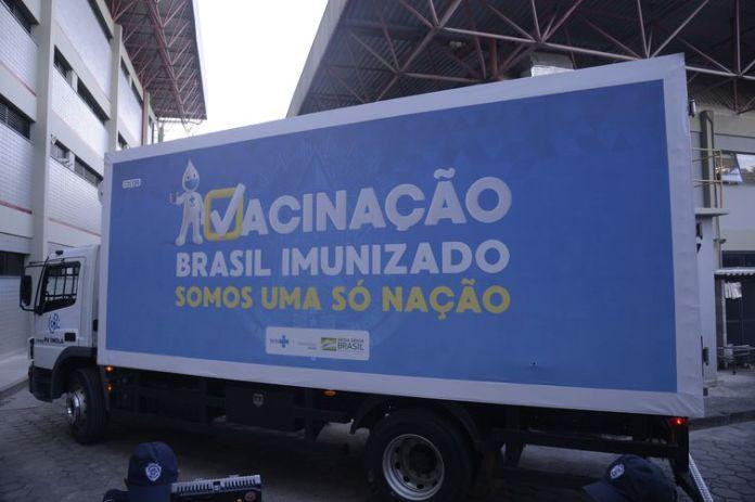 Caminhão sai da Fiocruz com as vacinas de Oxford/AstraZeneca para serem entregues ao Ministério da Saúde e distribuídas no Brasil.