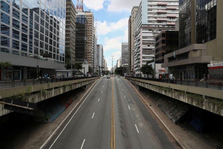 Avenida Paulista é vista vazia no primeiro dia de bloqueio imposto pelo governo estadual por causa do surto de doença por coronavírus (COVID-19), no centro de São Paulo