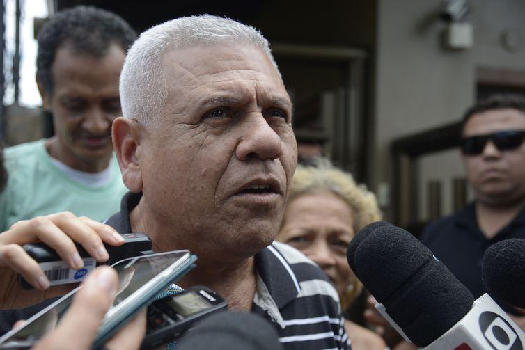 João Evangelista, 63, aposentado, amigo de infância do presidente eleito, visita Jair Bolsonaro e o presenteia com bananas do Vale do Ribeira.
