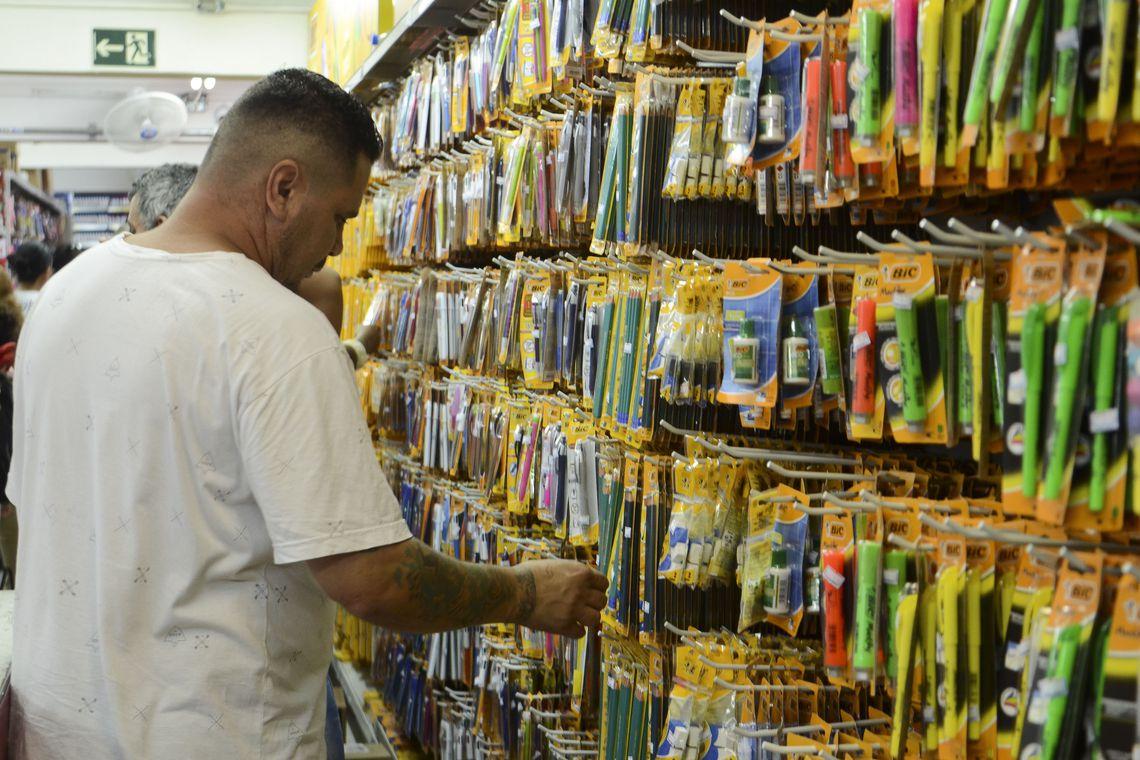 Venda a varejo de material escolar em lojas da 25 de Março, região central.