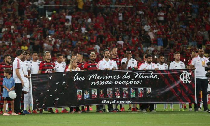 Homenagem às vítimas do incêndio no Centro de Treinamento do Flamengo antes da partida da semifinal da Taça Guanabara entre Flamengo e Fluminense, no Estádio do Maracanã, Rio de Janeiro.