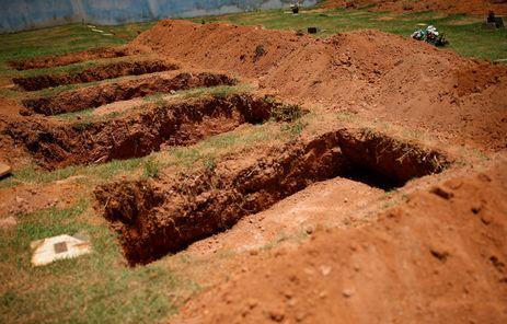 Sepulturas no cemitério do Parque das Rosas em Brumadinho para enterrar vítimas da barragem da mineradora Vale.