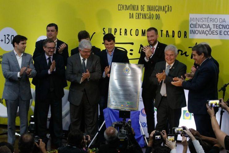 O ministro da Ciência, Tecnologia, Inovações e Comunicações, Marcos Pontes e autoridades descerram placa durante cerimônia de inauguração da expansão do supercomputador Santos Dumont, noLaboratório Nacional de Computação Científica (LNCC)