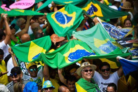 Populares aguardam na Praça dos Três Poderes, a cerimônia de posse do presidente eleito, Jair Bolsonaro, em Brasília.