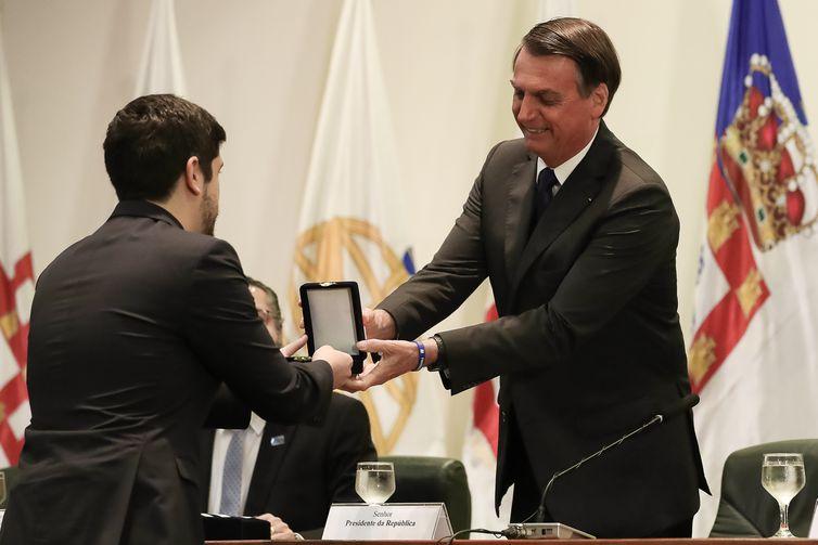 O presidente Jair Bolsonaro entrega o Prêmio Lafayette de Carvalho e Silva, Medalha de prata, ao secretário Paulo Mendes de Carvalho Guedes, primeiro colocado do Concurso de Admissão à Carreira Diplomática.
