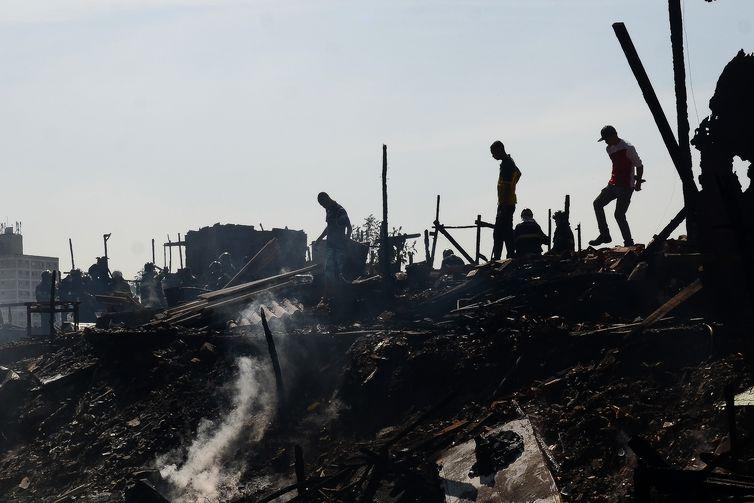 São Paulo - Bombeiros trabalham para acabar com as chamas do incêndio na favela da Rocinha, zona sul de São Paulo.