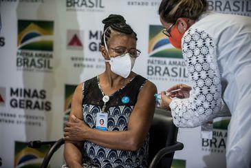A técnica de enfermagem Maria Bom Sucesso Pereira foi a primeira imunizada em MGAlexandre Rezende / Nitro
